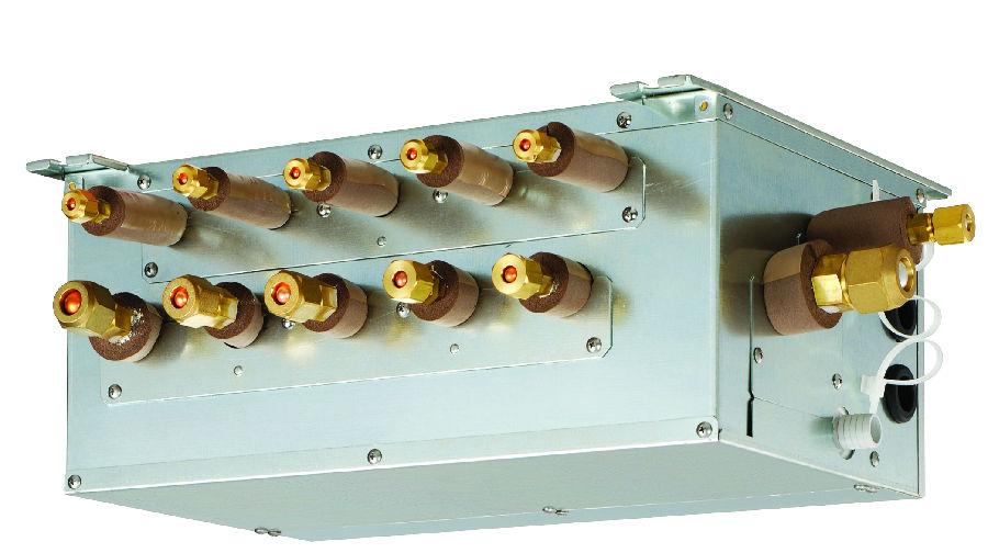 分歧箱 VS 分歧管 小编我最近碰到很多客户都在问,到底三菱电机中央空调分歧箱是不是落后技术?今天小编我就为大家分析三菱电机的分歧箱为什么是先进技术。 中央空调都涉及冷媒的传送。冷媒会有气态和液态两种形态,所以要两根铜管从外机出来,然后分给每个内机。根据内机的运行功率不同,对冷媒的需求也不同。冷媒从一根管子分到多根管子,就需要用到分歧箱或分歧管。 三菱电机中央空调是一直采用分歧箱(Branch Box),有3口和5口两种。一个箱子,侧面两根管子接外机,然后3或5组接口,每组接口2个管子伸出来,最多接3或5